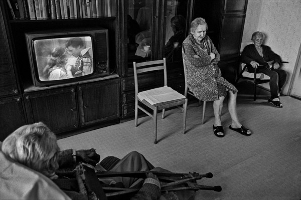 Dana Kyndrová - z cyklu Žena - Domov důchodců, Hranice u Aše, černobílá fotografie, 53 x 37 cm, 1998