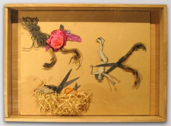 Xénia Hoffmeisterová - Pozor, hlavně nepřeříznout, asambláž, 60 x 42 cm, 2010