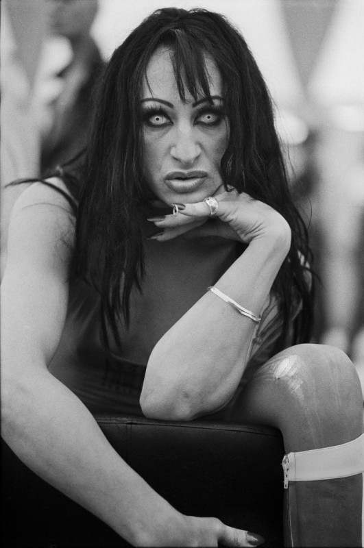 Dana Kyndrová - z cyklu Žena - Lesbian-Gay Pride, Paříž, černobílá fotografie, 53 x 37 cm, 1997