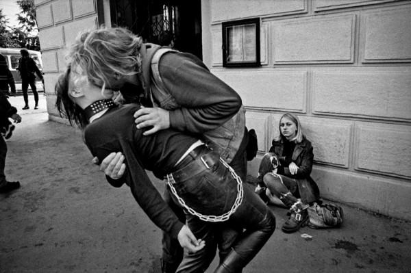 Dana Kyndrová - Street Party, Praha, černobílá fotografie, 53 x 37 cm, 1998