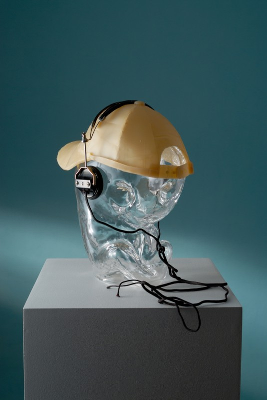 Milan Cais - Některé varianty bytí: Hiphopper, foukané sklo/vosk/komb. tech., 40x30x30 cm, 2006