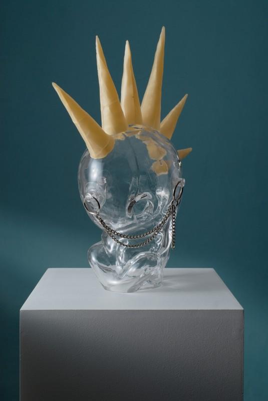 Milan Cais - Některé varianty bytí: Pankáč, foukané sklo/vosk,/komb. tech., 40x30x30 cm, 2006