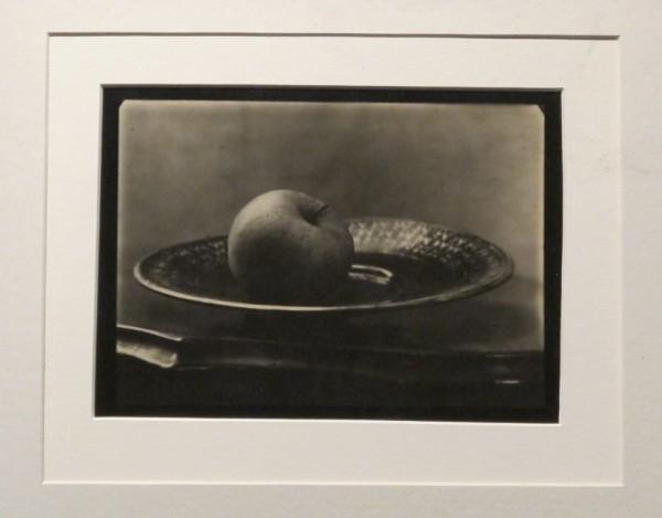 Josef Sudek: Zátiší (jablko na talíři), 1954-58, bromostříbrná fotografie
