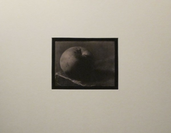 Josef Sudek: Zátiší (jablko na stole), 1950-54, kontaktní bromostříbrná fotografie