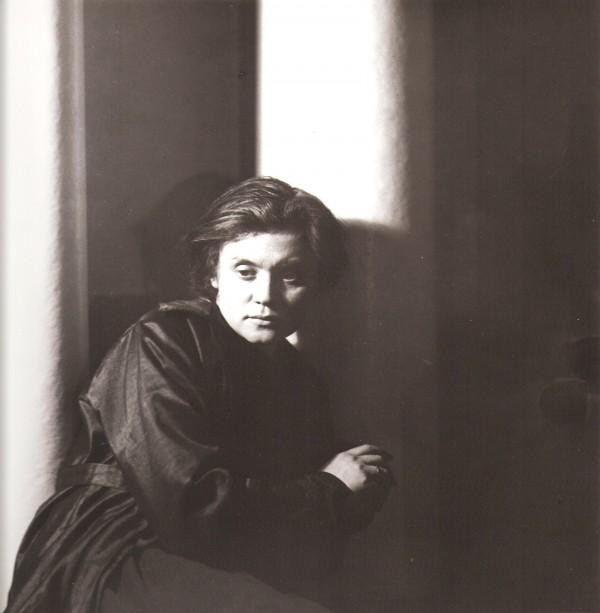 Jaroslav Rössler: G. Fisherová, portrét u závěsu, 1924, pozdější zvětšenina 2005