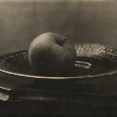 Josef Sudek: Zátiší - detail (jablko na talíři), 1954-58, bromostříbrná fotografie
