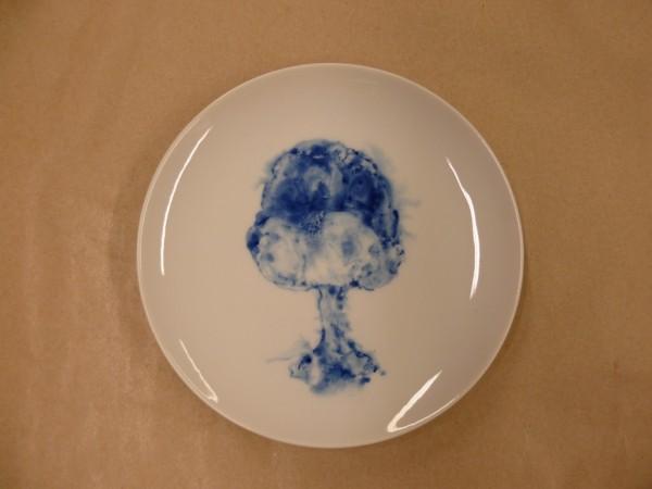 Hana Vinklárková: Taliř Houba - výbuch, malba kobaltem na porcelánu, 2011