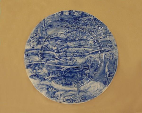 Hana Vinklárková: Taliř Houby v lese, malba kobaltem na porcelánu, 2011